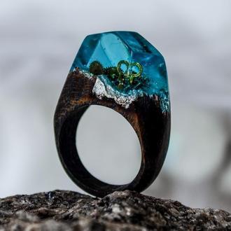 Кольцо из дерева и ювелирной эпоксидный смолы