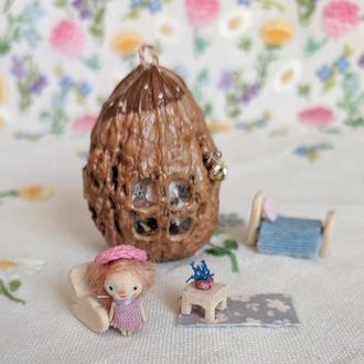 Миниатюрная куколка из дерева в домике из ореха
