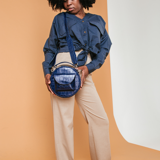 Кожаная круглая сумка с тиснением под питон.Под заказ в других цветах кожи.