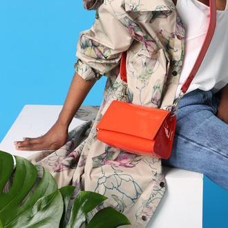 Лаковая кожаная сумка в морковном цвете. Цвет 2019 года