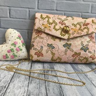 Нежная маленькая сумочка из японской парчи с вышитым цветочным рисунком.