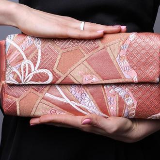 Нежный розовый клатч, вышитый шелковыми нитями с цветочный орнаментом.