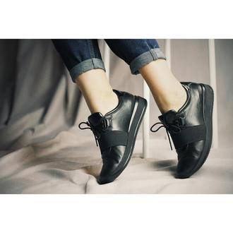 Кожаные черные кроссовки с резинкой