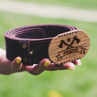 Мужской кожаный пояс  с деревянной пряжкой и именной гравировкой на заказ. Ремень.