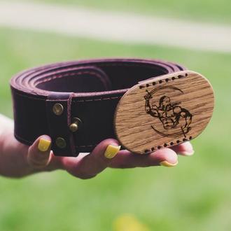 Мужской кожаный пояс с деревянной пряжкой и именной гравировкой на заказ. Ортгинальный ремень 40мм