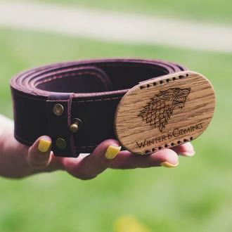 Кожаный мужской ремень с гравировкой Game of thrones на деревянной пряжке. Широкий пояс из кожи.