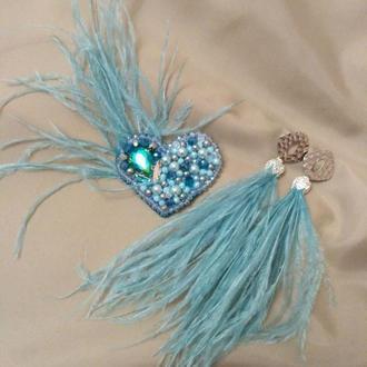 Комплект украшений: брошь сердце из бусин и перья, серьги кисти из перья, нежного голубого цвета
