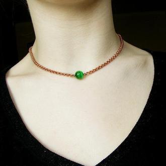 Тонкая медная цепочка с одним зеленым камнем. Стиль минимализм