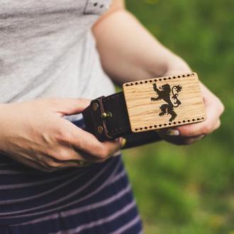 Широкий кожаный ремень 40мм с гравировкой на деревянной пряжке. Игра престолов.