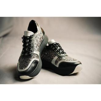 Блестящие кроссовки на высокой подошве