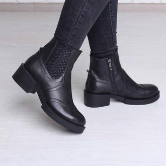 Кожаные ботинки черного цвета на каблуке