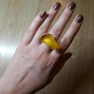 Эксклюзивное кольцо из цельного натурального янтаря.
