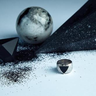 """Кольцо из серебра 925п. с чёрной эмалью """"Треугольник"""""""