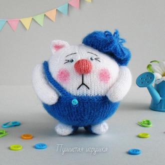 Белый котик, игрушка связана спицами.