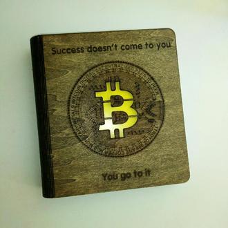 """Деревянный блокнот """"Биткоин"""" на цельной обложке с ручкой, подарок майнеру, программисту, мужчине"""