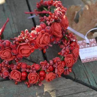 Ободок в красных цветах из латексных цветов и декоративных добавок