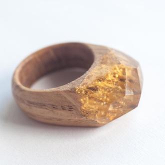Кольцо из дерева и смолы золотое