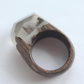 Кольцо из дерева и смолы