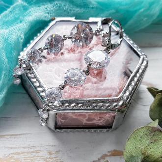 Сверкающие серьги с цирконами и серебром