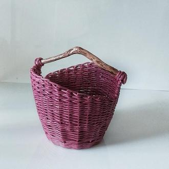 Плетеная корзина с деревянной ручкой.