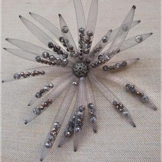 Серая большая брошь из ювелирной сетки с кристаллами