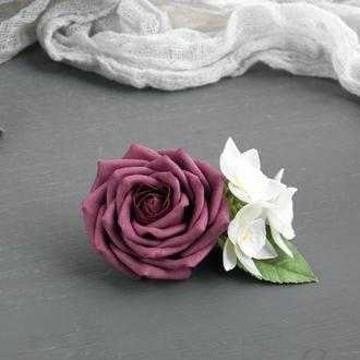 Заколка с бордовой розой и белыми нарциссами в прическу