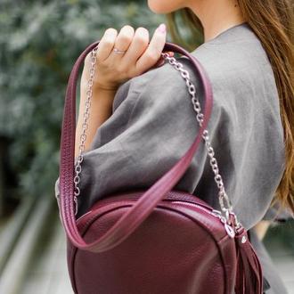 Круглая кожаная сумка с кисточкой (марсала)