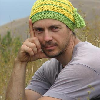 Вязаная летняя шапка с кисточкой
