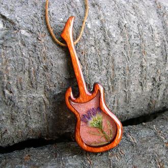 Деревянный кулон в форме гитары с настоящим цветочком внутри