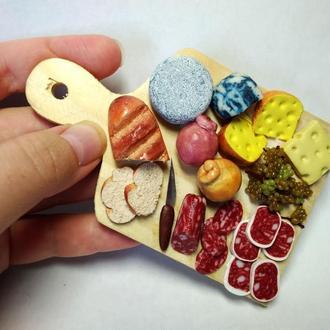 """Кулинарная миниатюра в виде магнита """"Сыр с колбасой"""""""