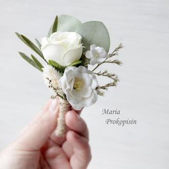 Бутоньє́рка з розою в білому кольорі.