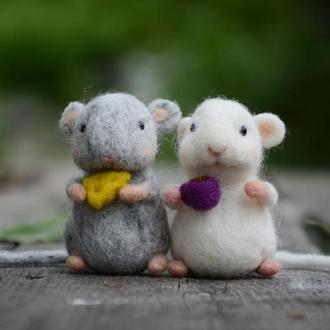 две мышки-малышки