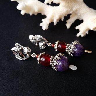 Серебристые серьги с чароитом и гранатом красные фиолетовые
