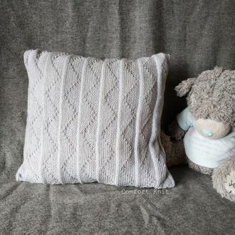 Декоративная вязаная диванная подушка (наволочка) серая с геометрическим узором на пуговицах
