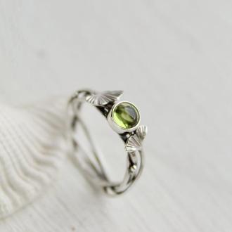 Кольцо серебряное с перідотом и листочками гинкго