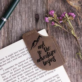 """Закладка уголок из натуральной кожи """"Горы"""". Оригинальный подарок книголюбу с любой гравировкой"""