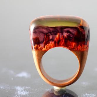 Стильное кольцо (размер 17) из древесины ореха и ювелирной смолы - необычный подарок девушке