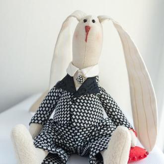 Кукла-тильда заяц в элегантном костюме с сердцем  в руке