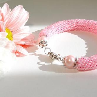 Розовый браслет из бисера