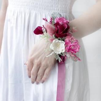 Бархатна бутоньєрка на руку в розово-малиновому кольорі.