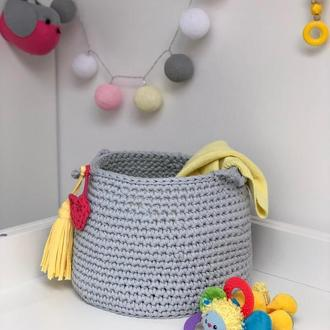 Вязаная корзина для игрушек Много цветов