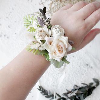 Бутоньєрка з квітами в кремово кольорі.