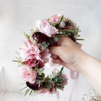 Пишний вінок з квітами в пудрово-марсаловому кольорі.