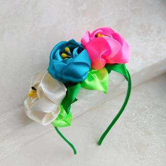 Обруч из ярких объемных цветов из лент