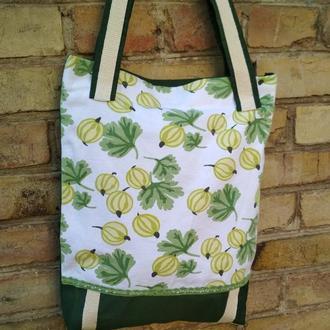 Вместительная сумка-шопер с ягодным принтом