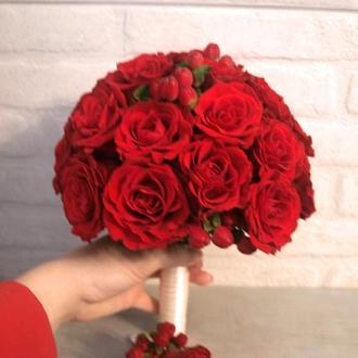 Букет невесты из красных роз и гиперикума