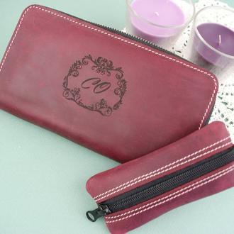 Шкіряний гаманець бордового кольору з гравіюванням