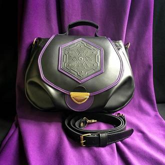 Женская черная кожаная сумка.