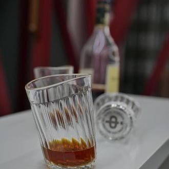 Пьяный граненый стакан