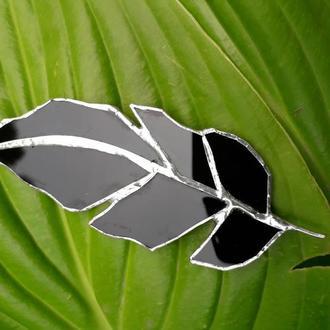 Брошь чёрное перо. Витражная брошь , изготовлена в технике «Тиффани»